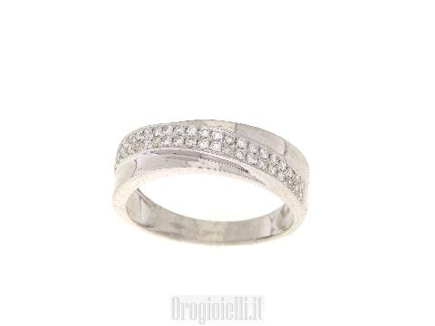 Anello a fascia in oro bianco e diamanti