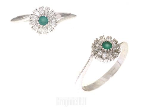 Smeraldo e zirconi su anello  oro bianco